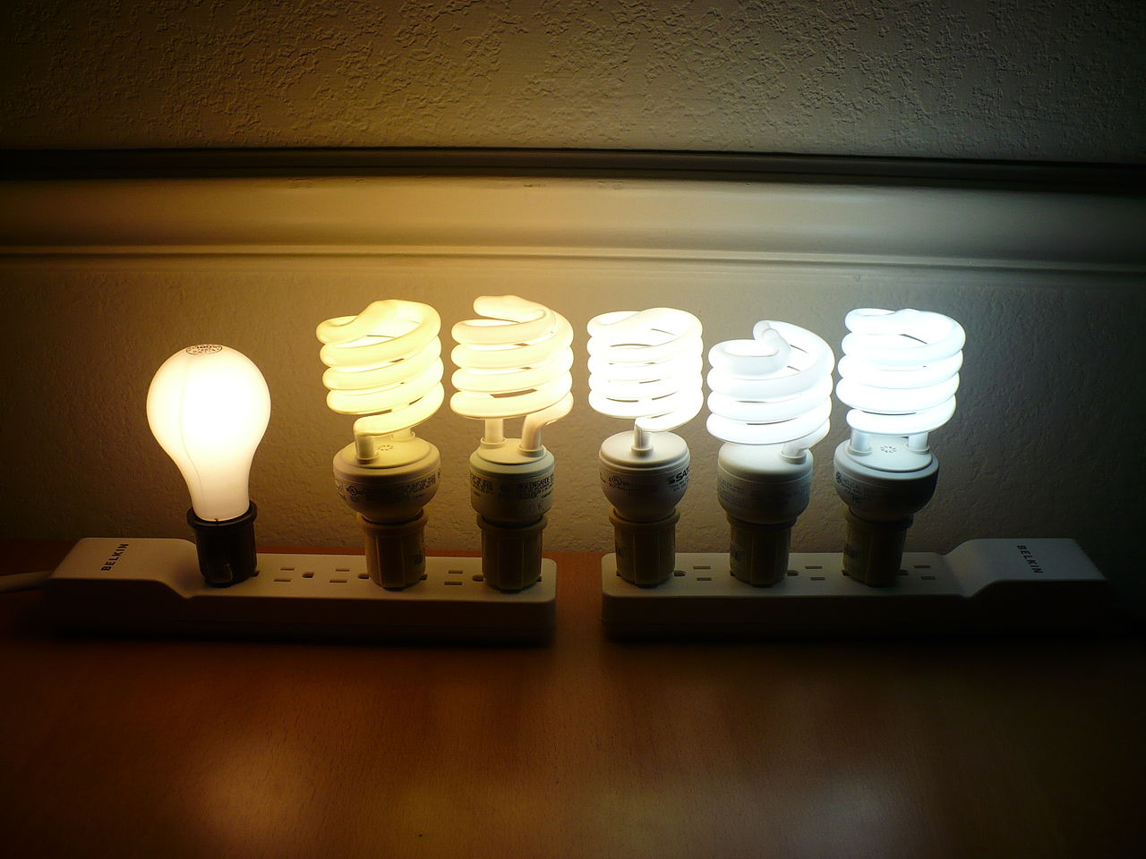 1280px-Color_temperature_comparison_of_5_CFLs